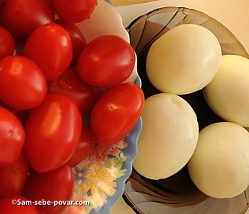 режем яйца и помидоры для салата с креветками