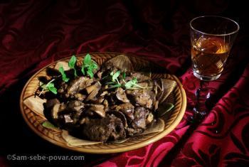 фото готовой тушеной говядины с вином и грибами