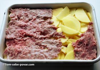 выкладываем мясо поверх картофеля, пошаговое фото