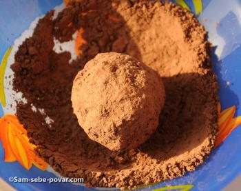 обваливаем пирожные в какао, пошаговое фото