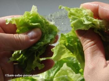 фото измельчаем и укладываем листья салата