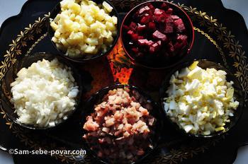 режем овощи для селедки под шубой, рецепт с фото