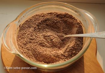 смешиваем муку и какао, рецепт с фото